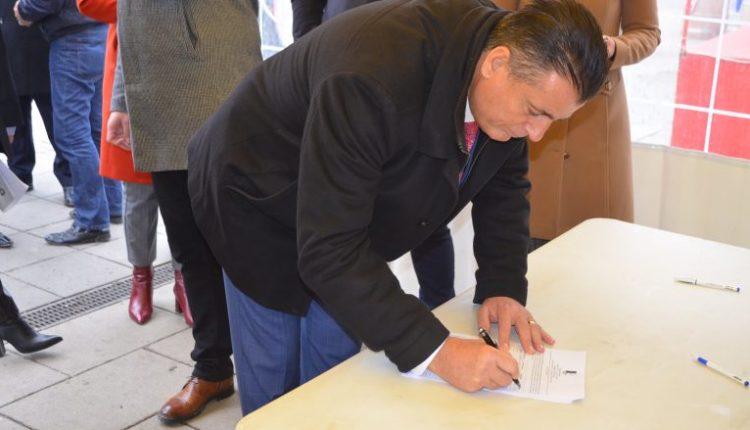 Agim Bahtiri nis nenshkrimin e peticionit