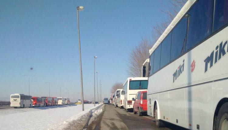 Foto danas.rs autobuset e organizuar nga shteti per pritjen eputinit